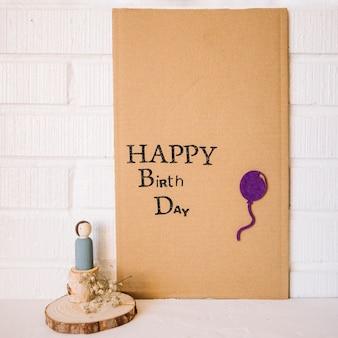 Figura del giocattolo vicino al cartone con auguri di compleanno