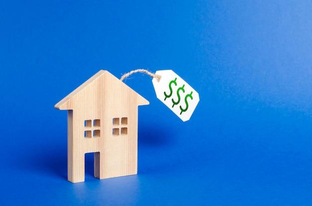 Figura di casa in legno e cartellino del prezzo.
