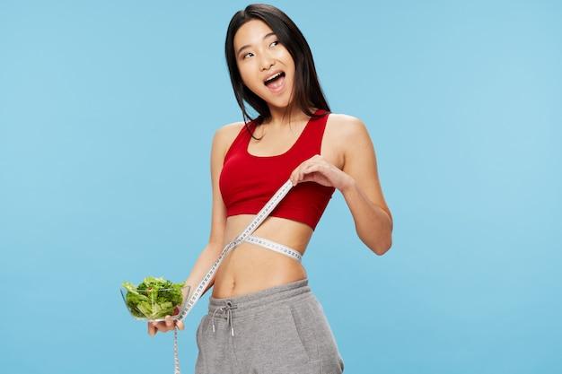 Figura di nastro di misurazione mangiare sano stile di vita mangiare donna di aspetto asiatico