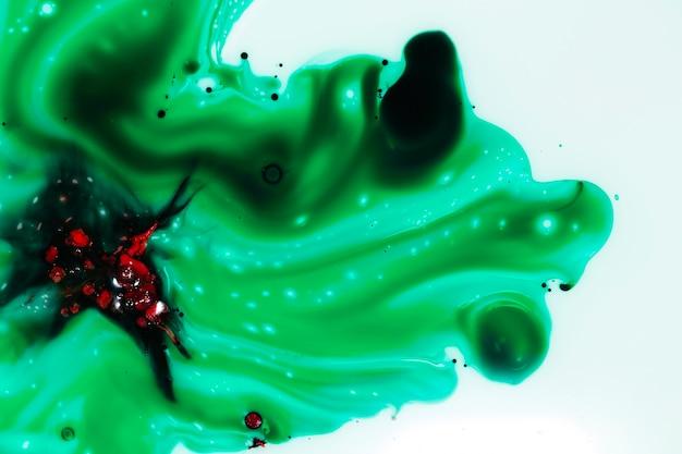 Figura rossa astratta su melma verde