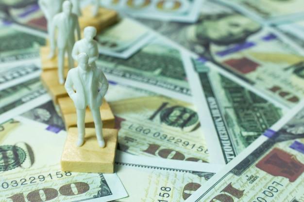 Figura umana e il contenuto di affari delle banconote da 100 dollari.