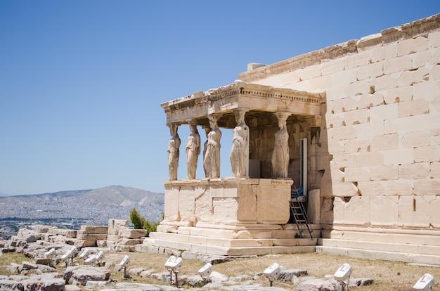 Figure del portico cariatide dell'eretteo sull'acropoli di atene. grecia