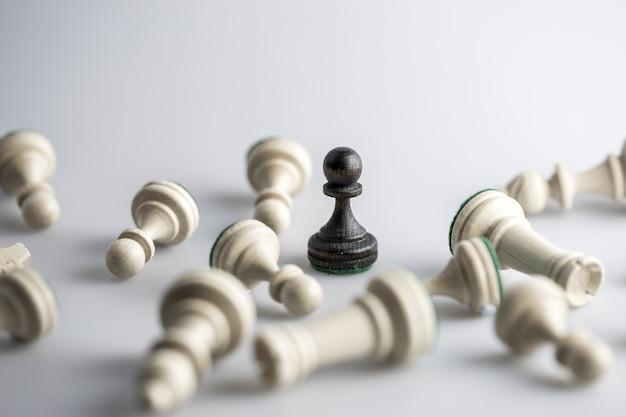 Figure di scacchi sparse sulla superficie bianca