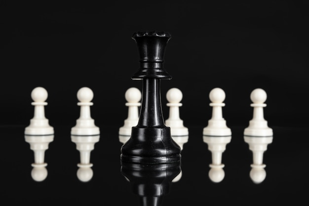 Figure di scacchi su oscurità