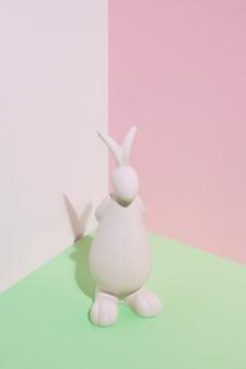 Figurina di coniglio bianco sul tavolo verde