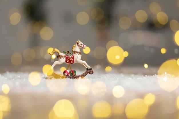 Figurine decorative di un tema natalizio. figurina di un cavallo a dondolo.