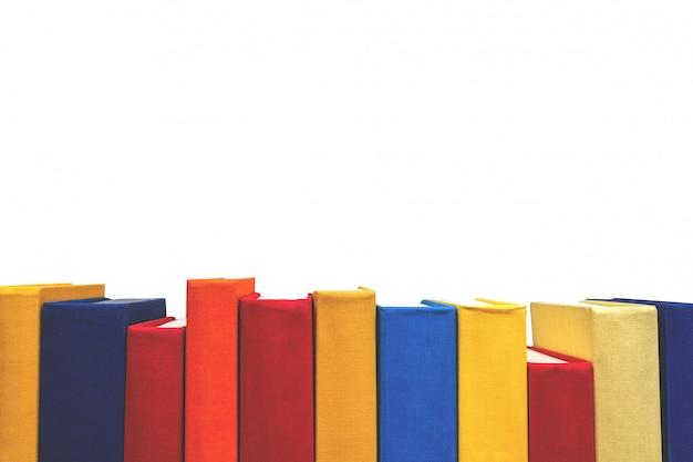 Fila dei pini variopinti del libro su fondo bianco. isolato. istruzione e concetto di ritorno a scuola.
