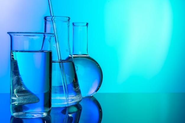 Fila delle provette con liquidi su blu e su verde tonificati
