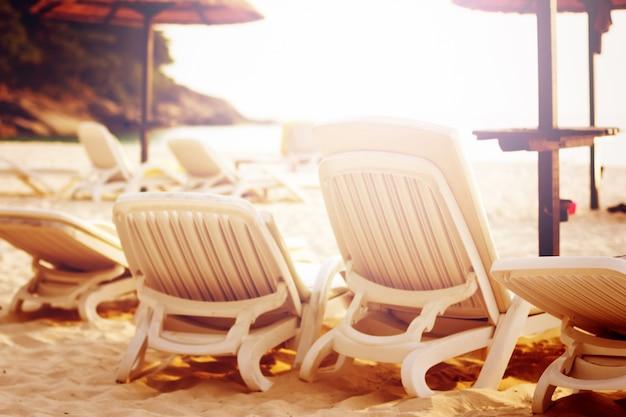 Fila delle sedie di spiaggia sul mare