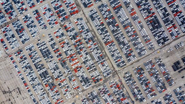 Fila di auto nuove per la vendita in porto al terminal di esportazione auto.