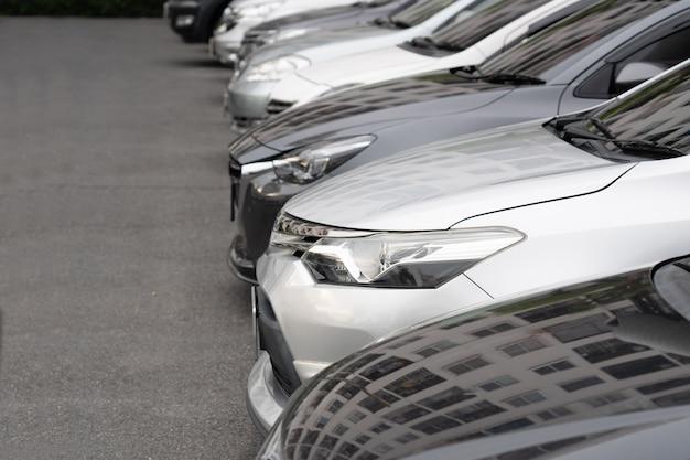 Fila di automobili nel parcheggio