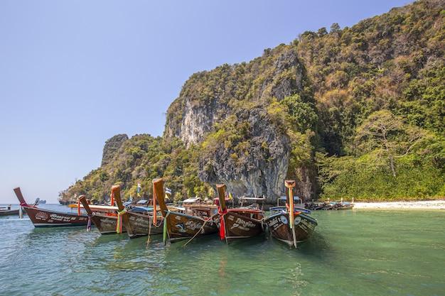 Fila di barche in acqua in una giornata di sole