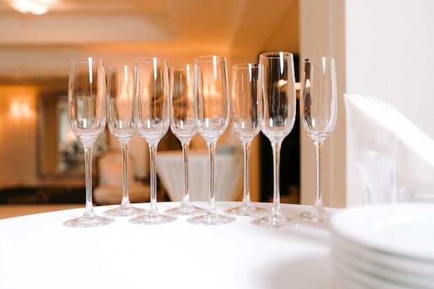 Fila di bicchieri vuoti sul tavolo