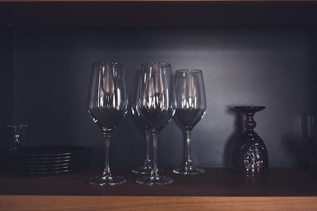 Fila di bicchieri vuoti