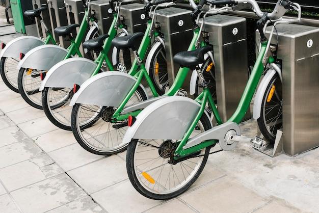 Fila di biciclette a noleggio parcheggiate