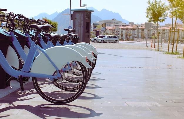 Fila di biciclette in affitto in città