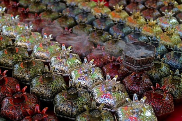Fila di bruciatori di incenso a forma di melograno da vendere al mercato di vernissage a yerevan, armenia