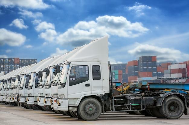 Fila di camion nel deposito di container