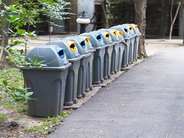 Fila di cestini nel parco