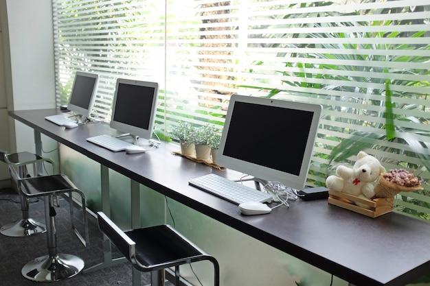 Fila di computer in attesa di persone usano al internet café.