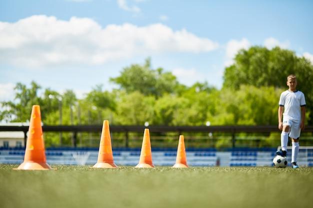 Fila di coni nel campo di calcio