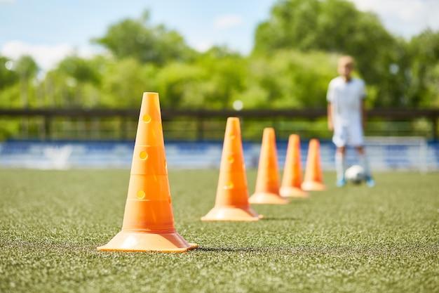 Fila di coni nella pratica del calcio