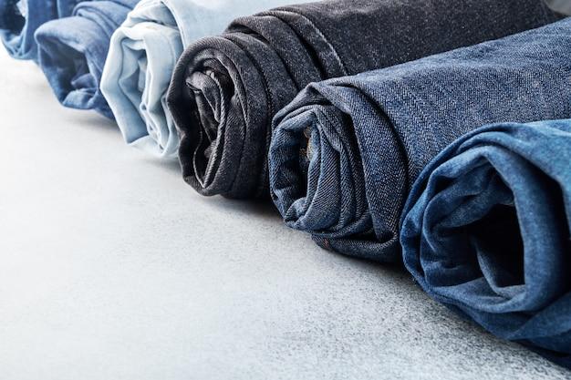 Fila di diversi jeans arrotolati