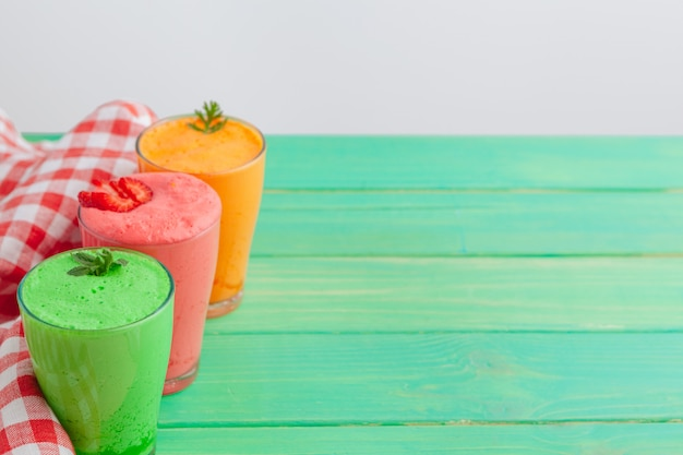 Fila di frullati sani di frutta e verdura fresca