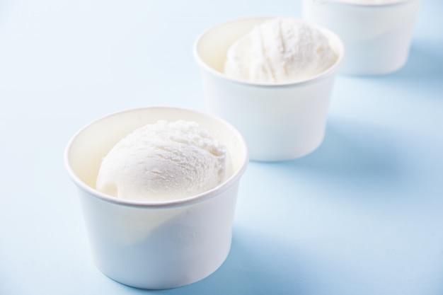 Fila di gelato alla vaniglia sul blu