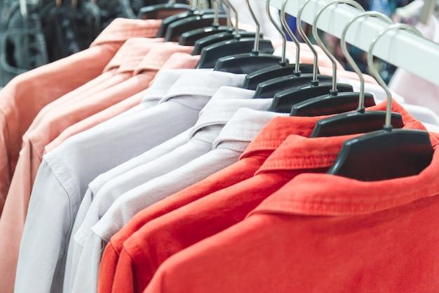 Fila di giacche estive colorate