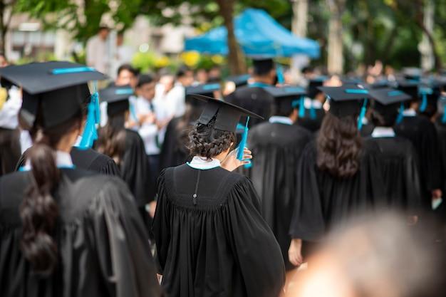 Fila di laureati