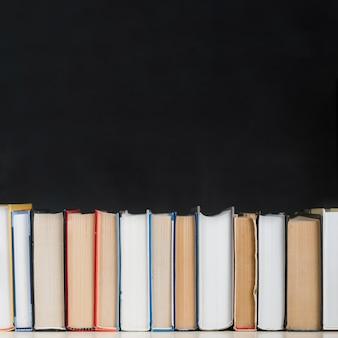 Fila di libri sullo scaffale