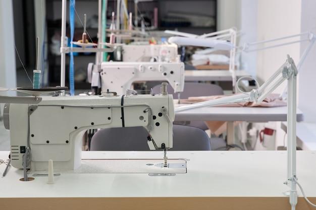 Fila di macchine da cucire in sartoria