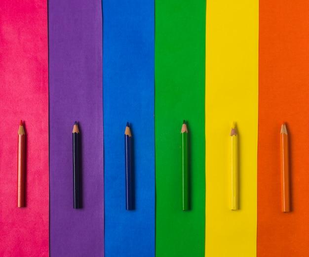 Fila di matite e bandiera lgbt luminosa