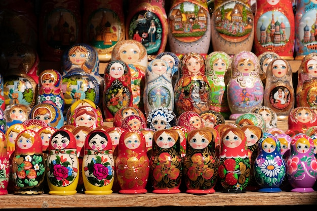 Fila di matrioska. bambola russa di legno a forma di bambola dipinta al mercato dei souvenir russo.