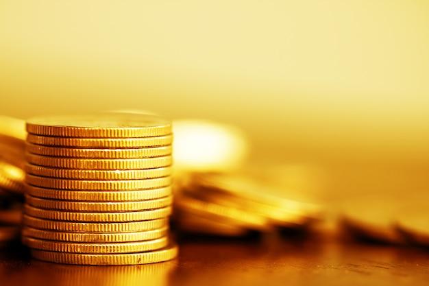 Fila di monete su fondo in legno