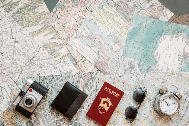 Fila di oggetti turistici sulle mappe
