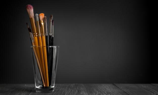 Fila di pennelli artista