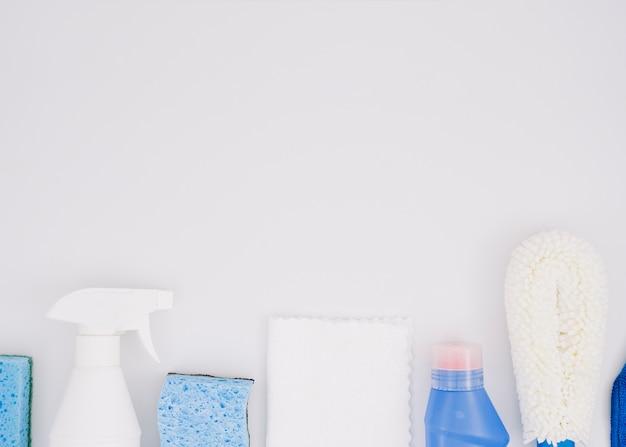 Fila di prodotti per la pulizia su sfondo bianco