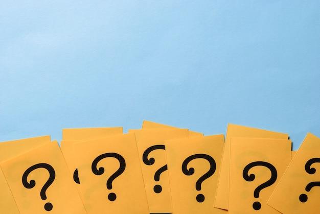 Fila di punti interrogativi gialli che formano un bordo