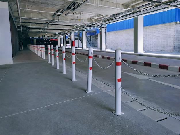 Fila di recinzioni lungo la strada collegata da catene