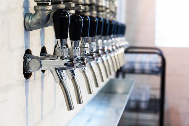 Fila di rubinetti in metallo per test delle bevande