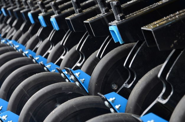 Fila di ruote della nuova fine agricola industriale della seminatrice su