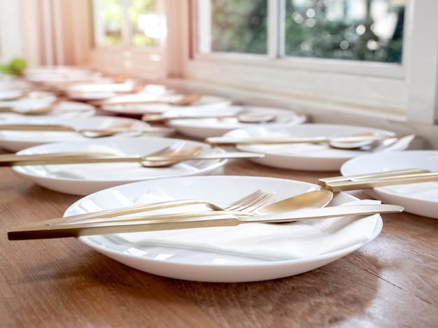 Fila di set di piatti da pranzo.