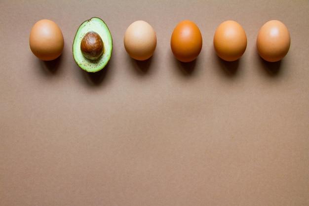 Fila di uova di gallina e avocado mezzo crudo
