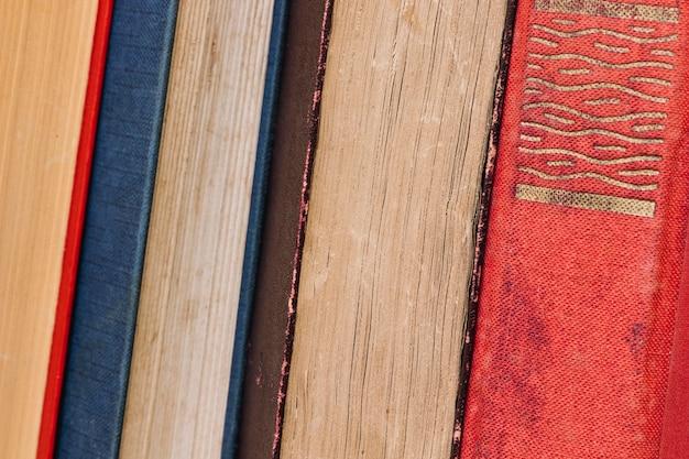 Fila di vari vecchi libri