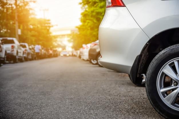 Fila parcheggiata auto sulla strada