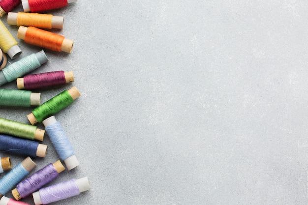 Filati cucirini multicolori con lo spazio della copia