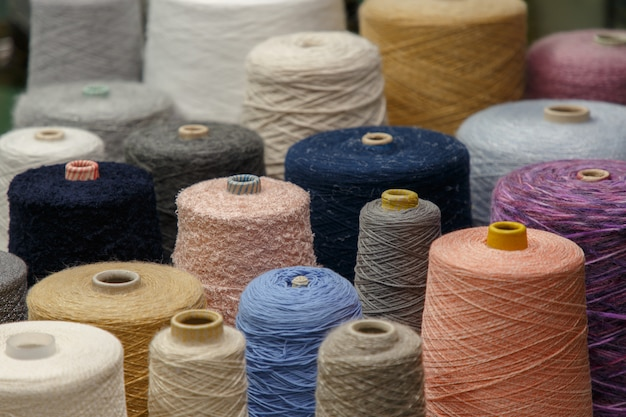 Filato colorato sulla bobina presso la fabbrica di maglieria.