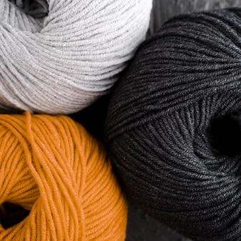 Filato di lana arancione, bianco e nero